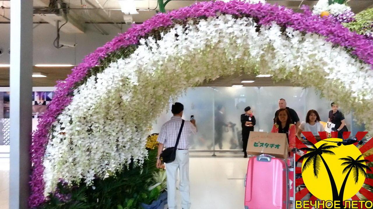 Арка из орхидей в аэропорту Суварнапхуми