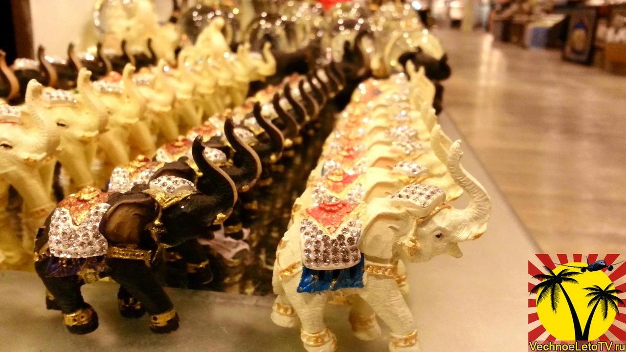 Статуэтки слонов в торговом комплексе Централ Фестиваль