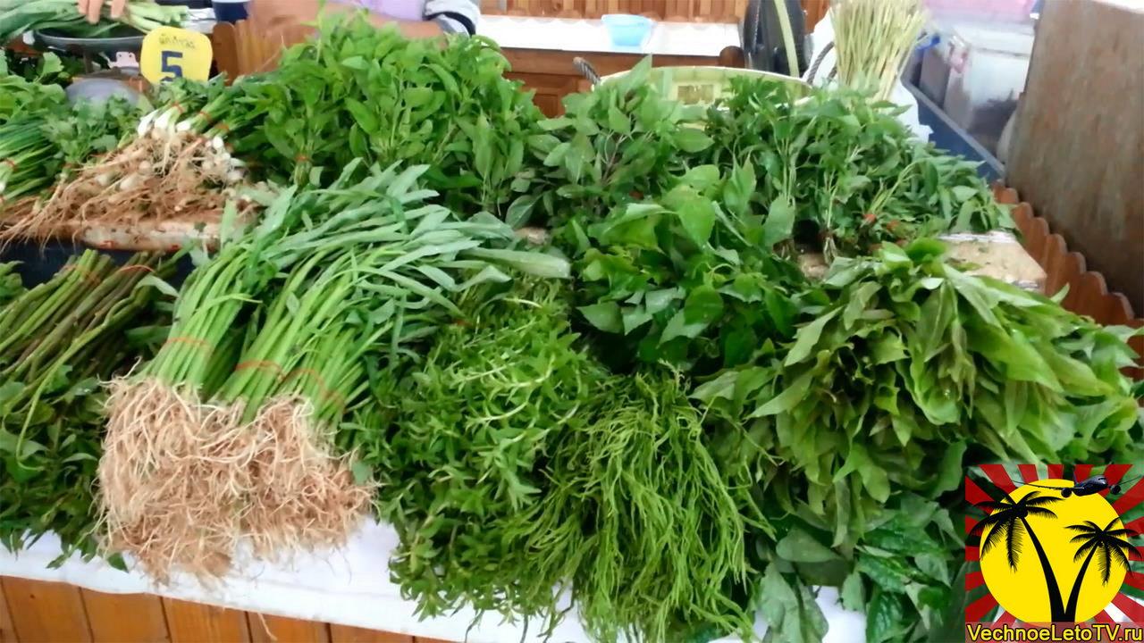 Зелень на фруктовом рынке