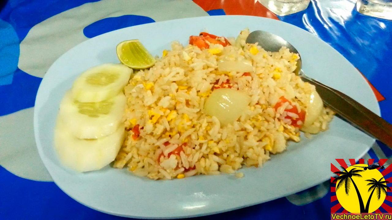 Рис с яйцом и рыбой в Тайланде