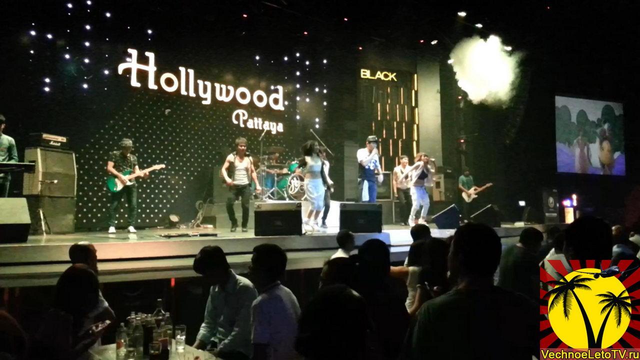 Выступление-на-сцене-клуба-Голливуд
