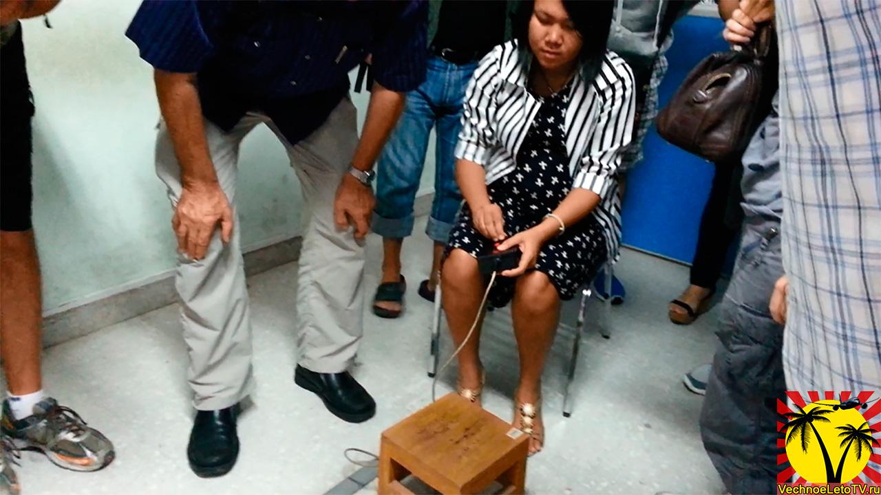 Преподаватель показывает как нужно пользоваться аппаратом